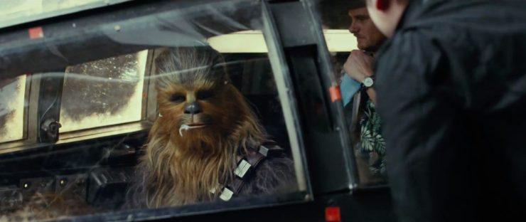 Chewie in de cockpit van de Millennium Falcon. Ook hier zien we weer rood tape dat als referentie zal dienen voor de Special Effects afdeling.