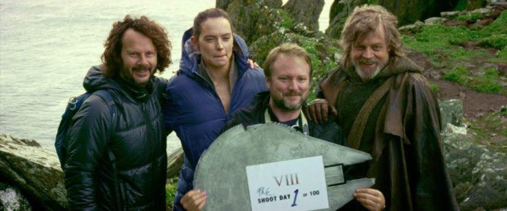 Hier zien we Daisy Ridley, Rian Johnson en Mark Hamill tijdens de eerste opnames van de Last Jedi. Ze neuriën de Star Wars theme.