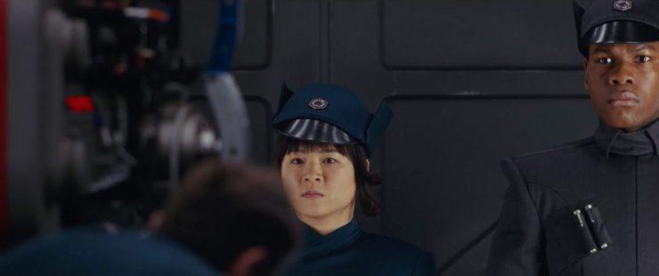 Rose en Finn in First Order uniformen.