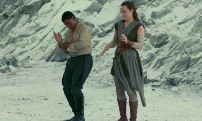 John Boyega en Daisy Ridley staan te dansen op wat lijkt op de Crait set. Finn lijkt een gedeelte van zijn First Order vermomming te dragen, terwijl Daisy ons een goed beeld geeft van haar nieuwe Jedi achtige outfit. Rey cosplayers kunnen weer aan de slag!