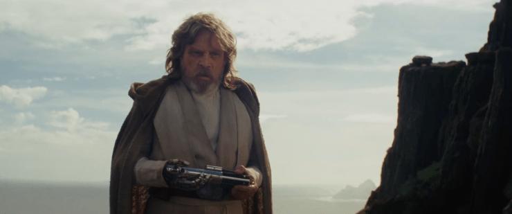 Na de Lucasfilm Title Card en een aantal shots van het eiland op Ahch-To zien we Luke het lightsaber aannemen van Rey, waar The Force Awakens twee jaar geleden stopte.