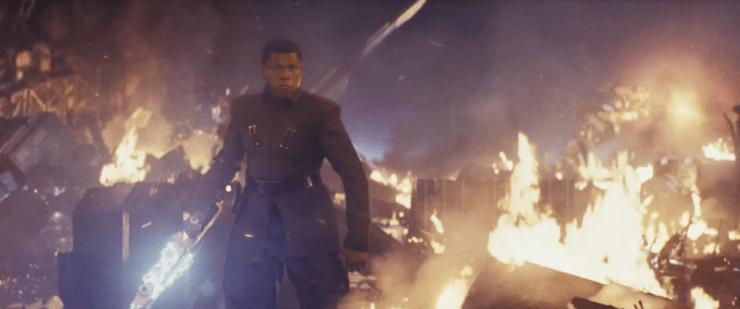 En daar hebben we Finn, in een First Order uniform en met een Riot Batan.