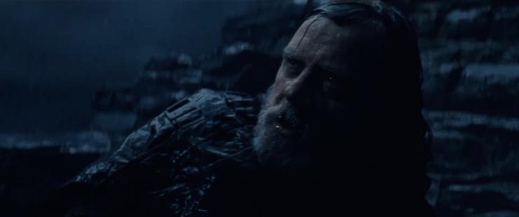 """Hier zien we Luke in de regen op de grond liggen. Het lijkt op Ahch-To te zijn. Hij zegt dat """"dit niet gaat lopen zoals je denkt"""". Heeft hij het hier tegen Leia die we een shot later zien, of wellicht tegen Kylo of Rey?"""