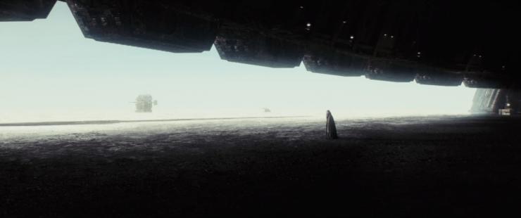 Generaal Leia staat treurig voor de grote sluitende deur van de basis. Een echo naar de deuren van Echo Base die sloten terwijl Luke en Han nog buiten waren.