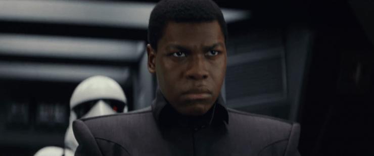 Hier zien we Finn in zijn First Order officieren uniform door een First Order schip lopen, gevolgd door een Stormtrooper. Is hij hier een gevangene, of is zijn undercover status nog intact?