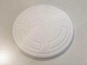 De top van het hoofd is een enkel onderdeel waar de metaalkleurige ring omheen geklemd wordt.