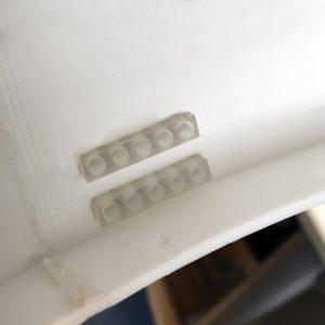 De achterkant van deze lenzen hebben gaten waar LEDjes netjes in klemmen.