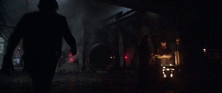 Hier zien we Han zelfverzekerd richting een deur lopen in wat op dezelfde stad lijkt als het vorige shot.