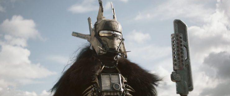 We zien beelden die we in de vorige trailer ook zagen, Han in het kamp van Enfys Nest terwijl we in de voice over Qi'Ra horen vragen of Han opzoek is naar wraak..