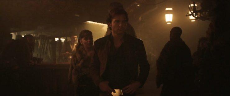 Qi'Ra lijkt iemand te kennen met een schip, de beste smokkelaar die ze kent. Lando Calrissian.