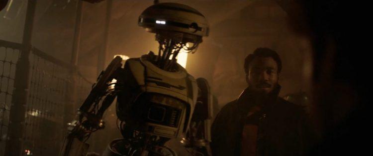 Lando stelt L3 voor aan Han, Qi'Ra en Chewie.