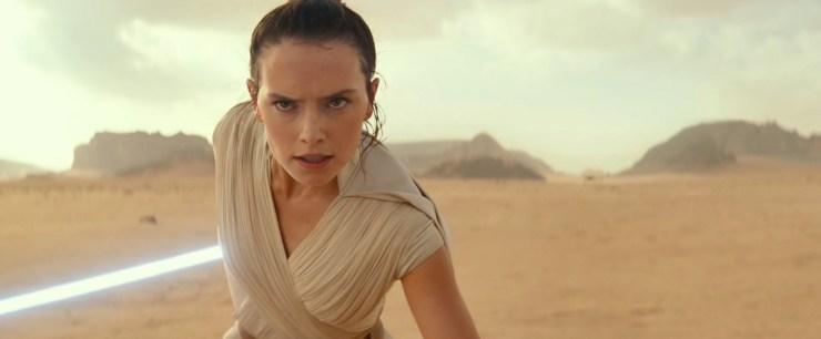 Rey activeert haar lightsaber en draait zich vastberaden weg van de TIE.