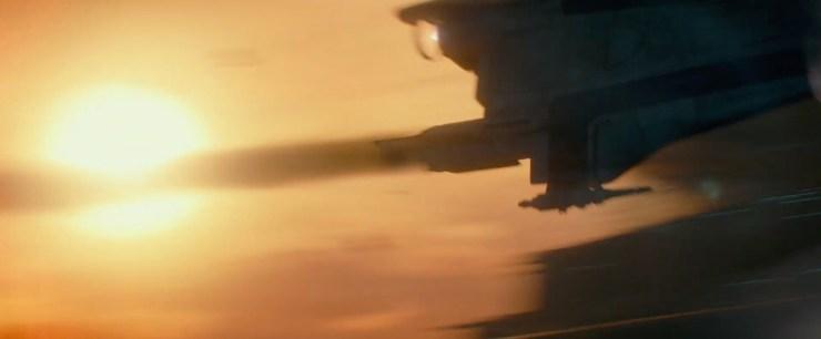Dan krijgen we nog een actie shot, een A-Wing met een kapotte motor vliegt tussen de camera en een Stardestroyer langs. Opvallend hier is dat de Stardestroyer een ouder Imperial, of misschien zelfs Republic ontwerp lijkt te hebben. Ook de rode accenten doen aan een Republic destroyer denken. Al is de First Order ook fan van rode accenten, dus wie weet is het toch een nieuwe schip.