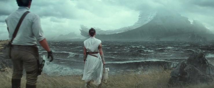 De grasvlakte blijkt een cliff aan het water te zijn en wat onze vrienden zien is inderdaad indrukwekkend. De restanten van een Death Star! Afgaande op het formaat van de restanten, de grasvlakte en de eerdere scene met de medaille kan het haast niet anders dan dat dit zich op Yavin 4 afspeelt en dat we hier de restanten van de eerste Death Star zien. Terwijl Luke ons mededeelt dat niemand ooit echt weg is…