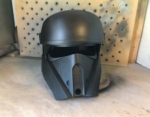 Helemaal zwart ziet de helm er ook niet onaardig uit.