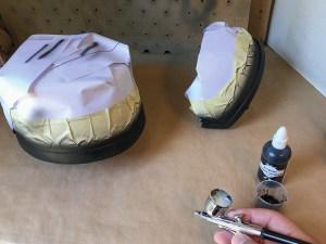 Schilderstape en papier zijn een geweldige manier om randen die netjes recht moeten zijn af te plakken en de rest van de helm te beschermen.