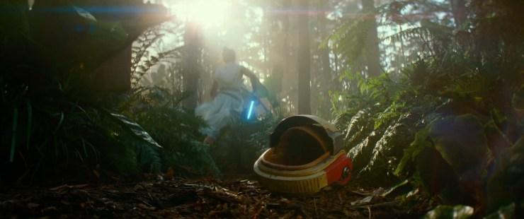 We openen de trailer met Rey die door een bos rent en een Rebel helm laat vallen of voor zich uit schopt.