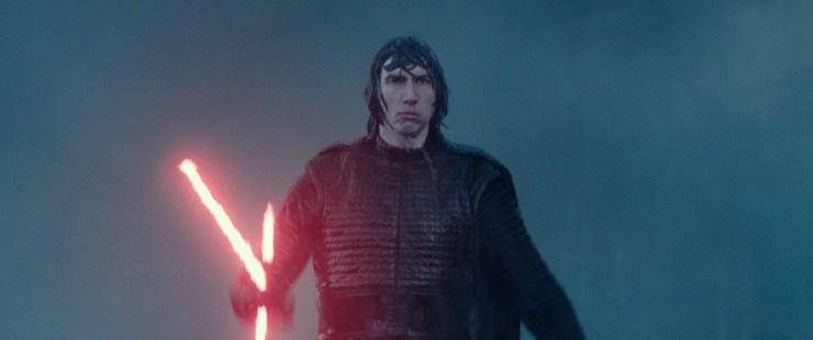 Dan zien we Kylo doorweekt uit een golf lopen, ook met zijn lightsaber in zijn hand … en met een blik die doet vermoeden dat hij heel graag een regenjas aan gehad had :P En Kylo zou Kylo niet zijn als hij niet een stoere draaibeweging met zijn lightsaber zou maken. Terwijl hij in een voice over zegt dat hij Rey wel kent.