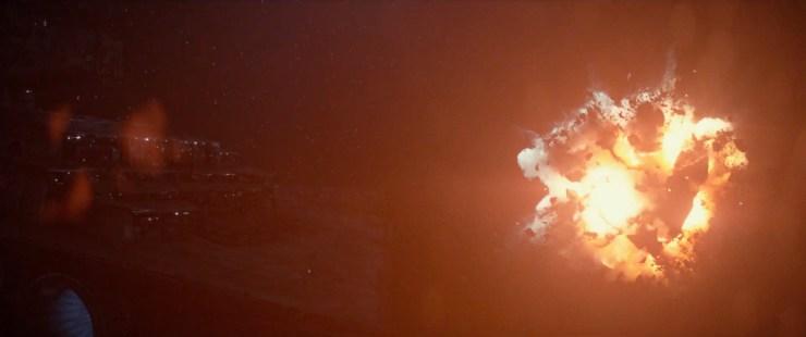 En dan een explosie voor de boeg van een Imperial Star Destroyer. Ik denk dat we er vanuit kunnen gaan dat de Star Destroyer deze explosie op zijn geweten heeft.