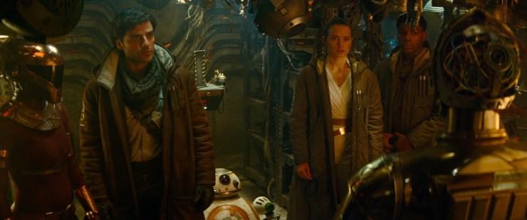 Poe vraagt 3PO vervolgens wat hij aan het doen is.