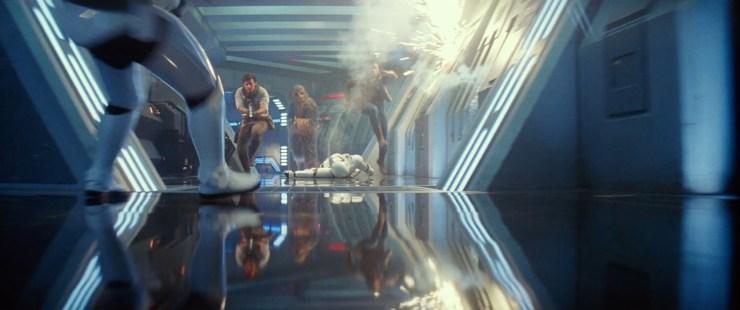 Dan krijgen we onder begeleiding van bekende muziek een gaaf achterwaarts shot van Poe, Fin en Chewie die door een gang op een First Order schip rennen en al rennend de ene na de andere Stormtrooper neerschieten.