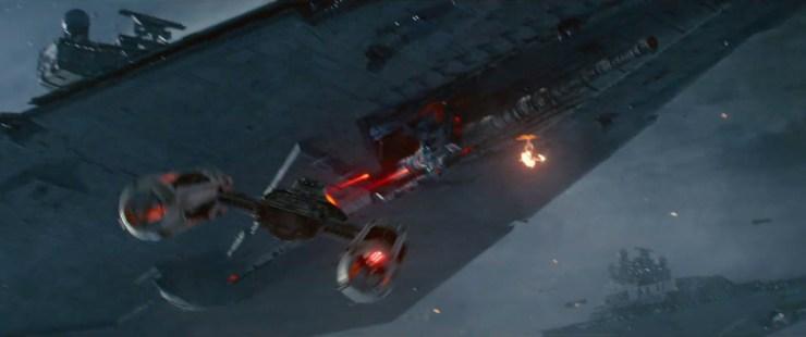 Luke's voice over gaat door dat het confronteren van angst 'haar lot' is. Waaruit we kunnen opmaken dat Rey in zijn ogen een echte Jedi is? Tegelijk zien we een Y-Wing het kanon onderop een Imperial Star Destroyer aanvallen terwijl hij kundig twee TIE Daggers ontwijkt