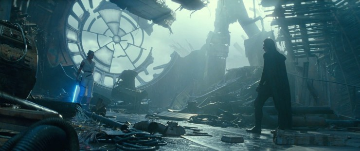 Hier zien we Rey en Kylo in de troonzaal van de Deathstar staan, voor de troon van Palpatine. Dit lijkt te bevestigen dat dit de tweede Death Star is waarbij dit de kamer zou zijn waar Luke en Vader voor de laatste keer de confrontatie aangingen en waar Palpatine een duik richting reactor core nam.