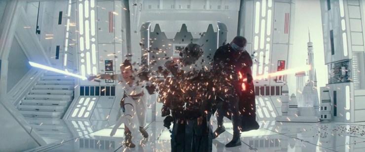 Dan zien we Rey en Kylo een pilaar waar Darth Vaders helm op ligt kapot slaan. Het is niet helemaal duidelijk te zien of ze dit samen opzettelijk doen, of dat Kylo haar probeert te stoppen. De manier waarop hij zijn hand uitsteekt naar de helm lijkt het tweede te suggereren.