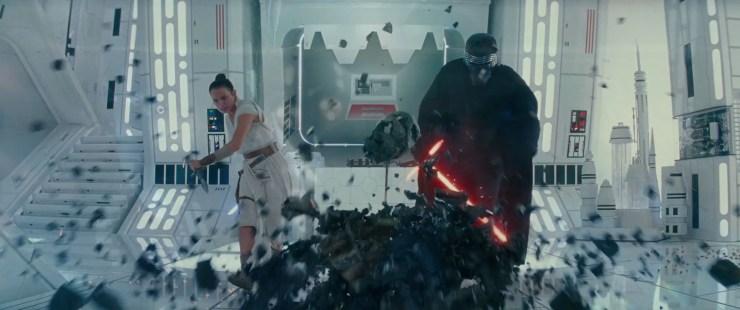 Opvallend is hier ook dat Rey in haar linker hand een dolk vast heeft.
