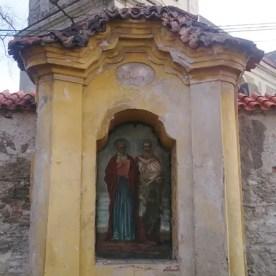 Jedna z výklenkových kaplí v hřbitovní zdi
