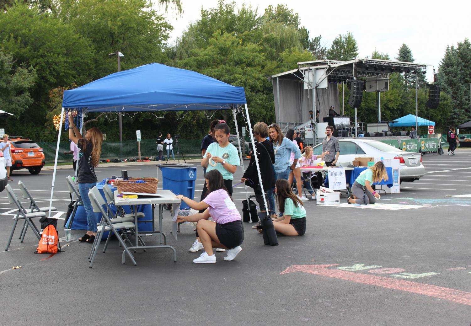 Students+help+set+up+the+Turning+the+Page+booth.+Each+of+Streetfest%27s+organizations+were+featured+at+a+booth+equipped+with+activities%2C+and+donation+opportunities.+