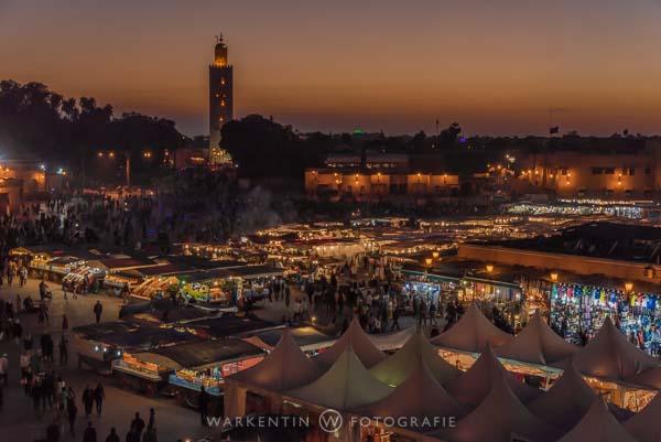 Großer Marktplatz in Marrakesch am Abend