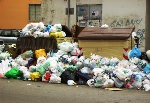 Foggia, 11 aprile 2010, post sciopero cooperativa Fiore, una strada ricoperta di sacchetti della spazzatura (image N.Saracino)