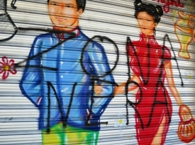 La serranda imbrattata del negozio cinese (image M.P.Telera)