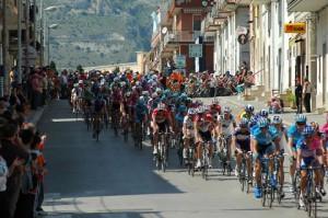 Un passaggio del giro d'Italia a Manfredonia (immagine d'archivio)