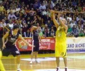 Un momento della partita d'andata, Mazzeo-Siena