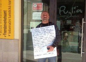 Michele Panella oggi, 21 maggio, davanti al Comune di Rodi Garganico (Stato)