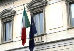 I palazzi comunali dello Stivale con le bandiere a mezz'asta in segno di protesta contro la Manovra statale (repubblica.it)