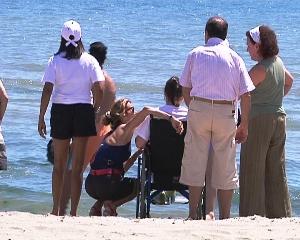Un momento dell'incontro in spiaggia con gli operatori e le istituzioni (Stato)