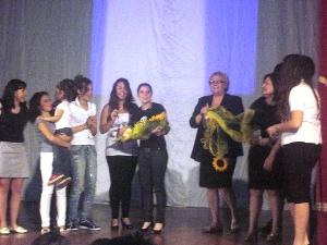 Rappresentazione scenica del Liceo Classico Aldo Moro, immagine della serata finale (al centro la prof.ssa A.M.Bottalico)