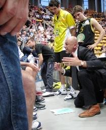 P.Coen, ex allenatore Mazzeo, si rivolge alla squadra in un passato time out a Bologna