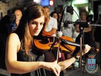 Una musicista durante l'esibizione (Cm-Mf)