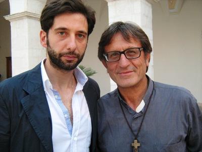 Da sinistra: il dr. Pietro Paolo Mascione, agente scento originario di Foggia, della Squadra Volanti del Commissariato di PS di Scampia; don Aniello Manganiello, per