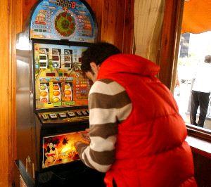Un uomo al gioco con una slot machine (archivio - rispostfcl@)