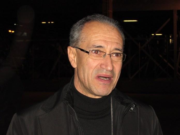 L'ex assessore regionale Leo Caroli fuori la sede dell'ex Manfredonia Vetro (ph: benedetto monaco)