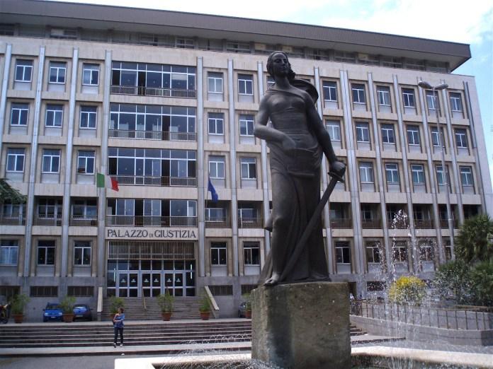 Esterno Tribunale Bari (ph: cnd.tempi)