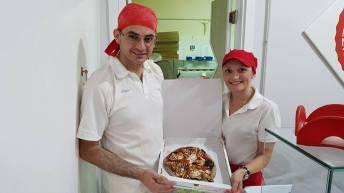 Matteo Renzulli e sua moglie, la signora Anna Mangini titolari di 'Giripizza' (PH NICO BARATTA)