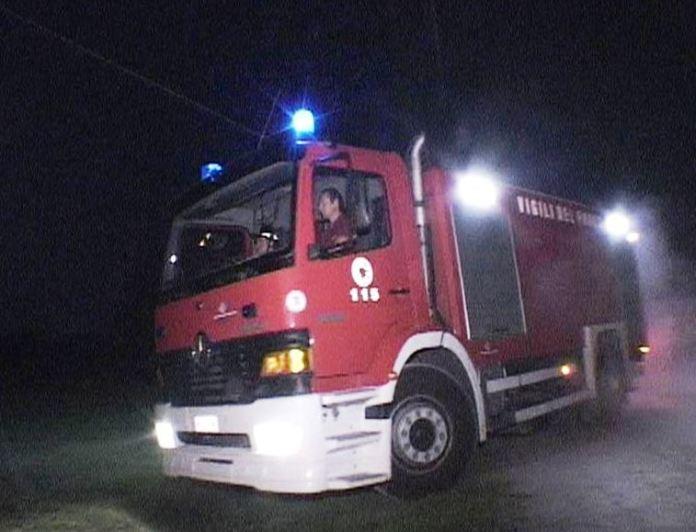 incendio pompieri notte (archivio, non riferita al testo: liberta.it)