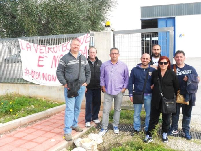 Alcuni lavoratori della Vetrotec due srl all'esterno dello stabilimento (ph STATOQUOTIDIANO.IT - 06.11.2015) ARCHIVIO