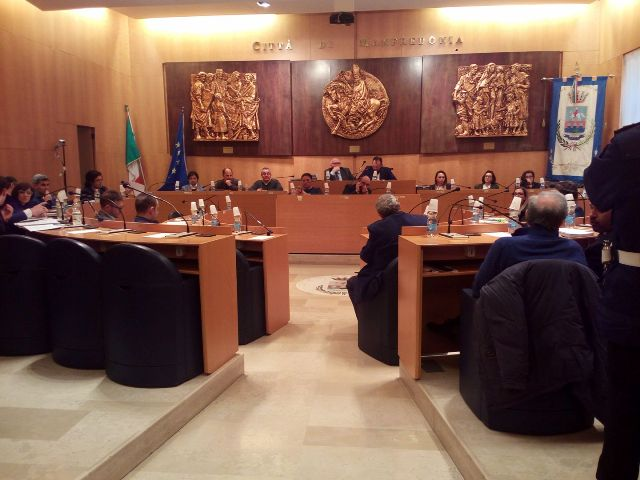 UN MOMENTO DI UN RECENTE CONSIGLIO COMUNALE A MANFREDONIA (14.03.2017)